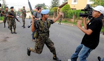Policías golpistas amedrentan a periodistas de teleSUR y VTV en Honduras