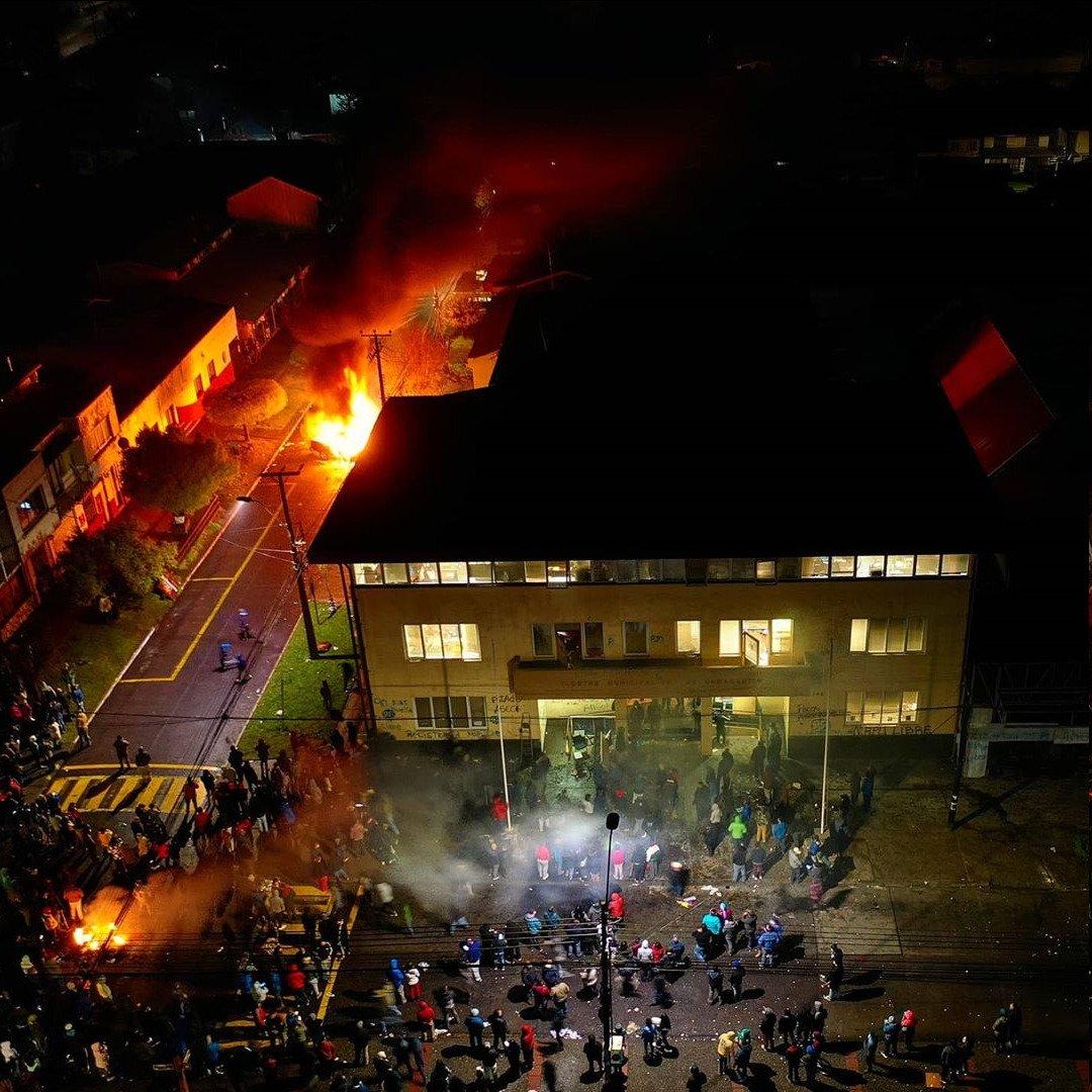 NACIÓN MAPUCHE. Violencia fascista contra Mapuche que ocupaban Municipalidad exigiendo solución a huelga de Prisioneros Políticos